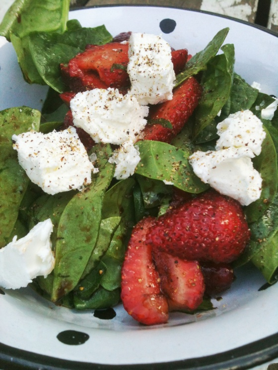NutriSue - spinach salad with strawberries and balsamic vinegar